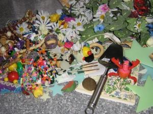 I LOVE LOPPIS! Här är dagens fyndhög! Massor med pysselmaterial, Sebastian och en osthyvel